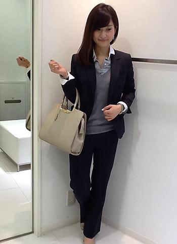 紺スーツ×ベージュバッグ