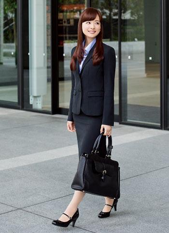 黒スーツ×黒バッグ