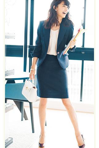 紺スーツ×白バッグ