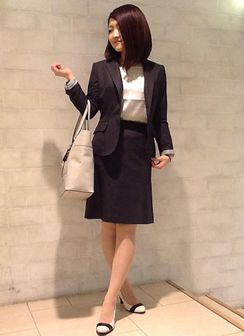 紺スーツスカート×ベージュバッグ