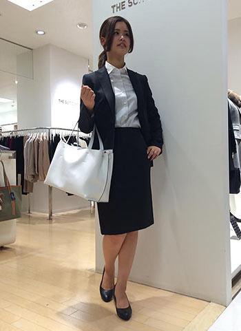黒スーツ×白バッグ