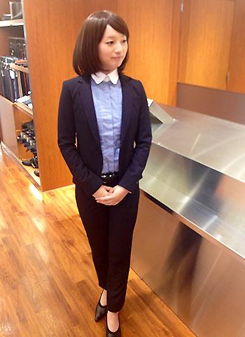 紺パンツスーツコーデ