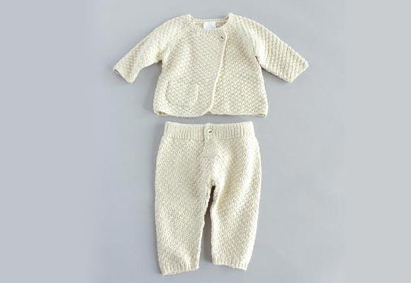 c65dcc6bbd49e 老舗ニット会社による山梨発のブランド「エヴァムエヴァ」が手掛けている、一点ずつ手編みで仕上げた宝物のような一着。