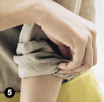 シャツ ロールアップの方法5